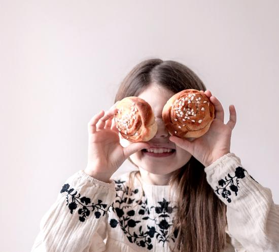 Kind mit Zimtschnecken-Augen